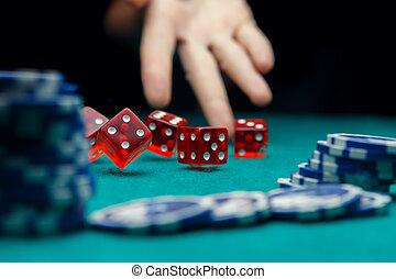 образ, of, человек, бросание, игральная кость, на, таблица, with, чипсы, в, казино