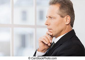 около, his, зрелый, мышление, далеко, business., formalwear, рука, ищу, вдумчивый, подбородок, держа, посмотреть, боковая сторона, человек