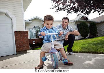 отец, обучение, сын, к, поездка, , трехколесный велосипед