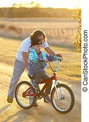 отец, помощь, his, сын, учить, к, поездка, his, велосипед, на, солнечно, весна, evening.