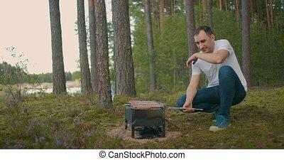 открытый, еда, лес, природа, мясо, sausages, пикник, выходные, готовка, человек, воздух, гриль, обжиг, взрослый