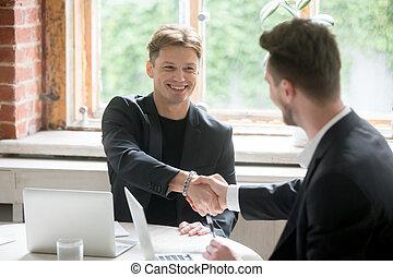 офис, два, negotiating, остроумие, businessmen, встреча, handshaking