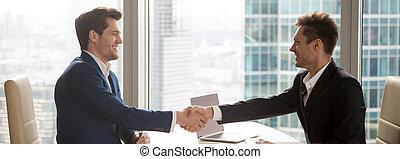 офис, сидящий, образ, suits, businessmen, стол письменный, горизонтальный, handshaking
