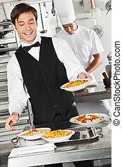 официант, макаронные изделия, держа, блюдо