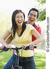 пара, велосипед, улыбается, на открытом воздухе