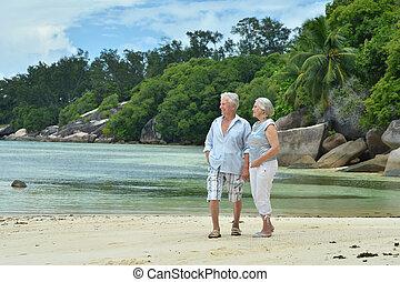пара, гулять пешком, пожилой