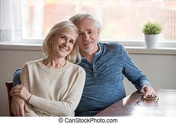 пара, ищу, камера, embracing, портрет, улыбается, aged