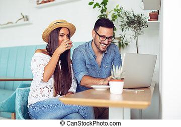 пара, ищу, indoors, экран, улыбается, портативный компьютер