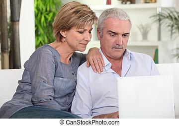 пара, компьютер, среднего возраста