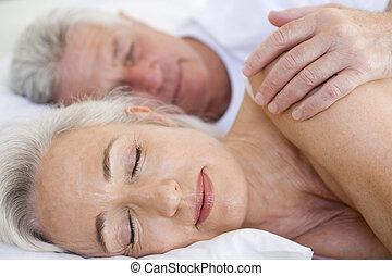 пара, лежащий, в, постель, вместе, спать
