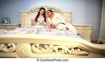 пара, молодой, постель, завтрак, есть, счастливый