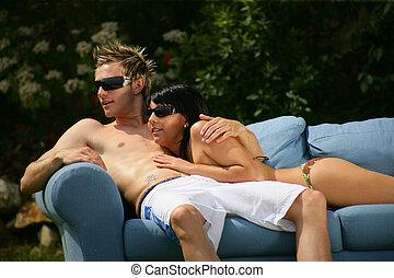 пара, на, , диван, на открытом воздухе