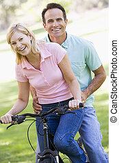 пара, на, один, велосипед, на открытом воздухе, улыбается