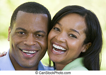 пара, на открытом воздухе, улыбается