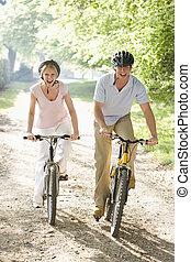 пара, на, bikes, на открытом воздухе, улыбается