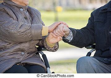 пара, пожилой, держа, руки