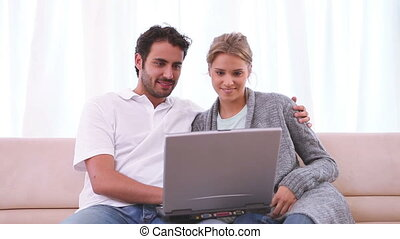 пара, портативный компьютер, диван, в то время как, ищу, вместе, сидящий