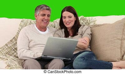 пара, портативный компьютер, их, с помощью, диван