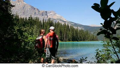пара, постоянный, рюкзак, берег реки, посмотреть, задний, лес, кавказец, 4k, путешественник, молодой
