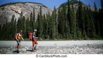 пара, рюкзак, боковая сторона, берег реки, посмотреть, лес, кавказец, 4k, путешественник, пеший туризм, молодой