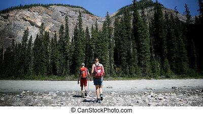 пара, рюкзак, фронт, берег реки, посмотреть, лес, кавказец, 4k, путешественник, пеший туризм, молодой
