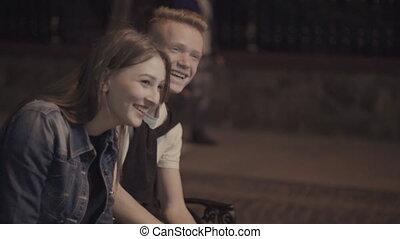 пара, скамейка, смеющийся, в то время как, сидящий