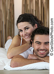 пара, улыбается, на, , постель