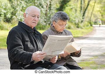 пара, чтение, пожилой