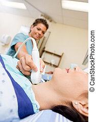 пациент, undergoing, ультразвук, of, щитовидная железа,...