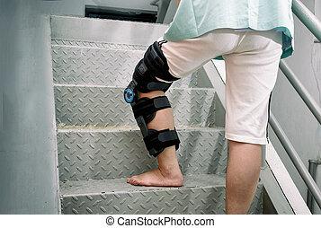 пациент, with, колено, распорка, в, перемещение, вверх по лестнице