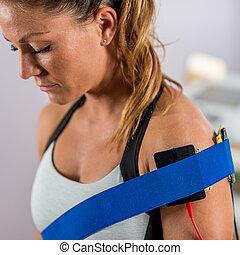 плечо, стимуляция, electrodes, позиционированный, patient's, электрический, физическая, therapy.
