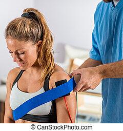 плечо, patient's, electrodes, позиционирование, стимуляция, терапевт, электрический, физическая, therapy.