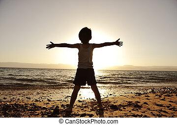 пляж, вверх, his, силуэт, солнце, ребенок, towards, держа,...