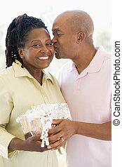 подарок, жена, держа, целование, улыбается, муж
