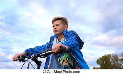 подросток, верховая езда, байк, дела, виды спорта, в, , свежий, air., путешествовать, and, активный, развлекательная программа