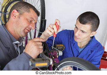 подросток, в, профессиональный, обучение, ремонт, велосипед