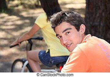 подросток, пара, на, велосипед, поездка