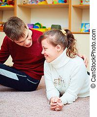 подросток, центр, needs, вместе, talking, улыбается, friends, реабилитация, особый, cheerfully