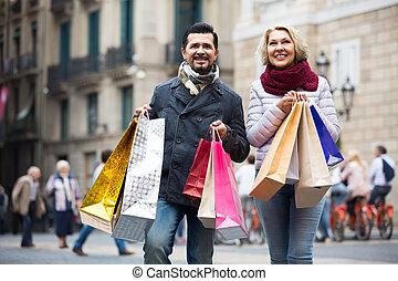пожилой, гулять пешком, мешки, carrying, пара, поход по магазинам
