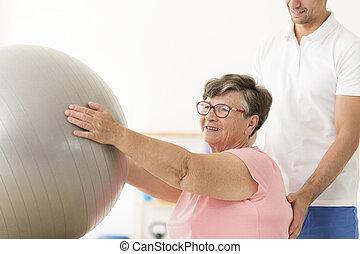 пожилой, женщина, с помощью, серебряный, мяч