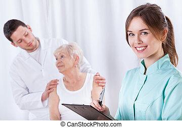 пожилой, женщина, with, doctors, в течение, реабилитация