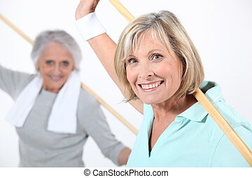 пожилой, женщины, растягивание, with, деревянный, столб