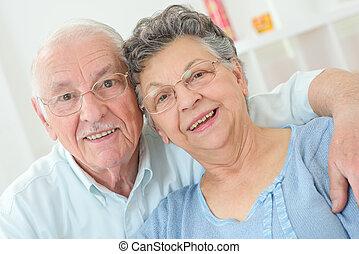 пожилой, пара, улыбается