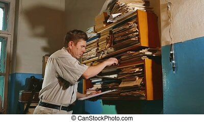 пожилой человек, бухгалтер, в, an, старый, офис, examines,...