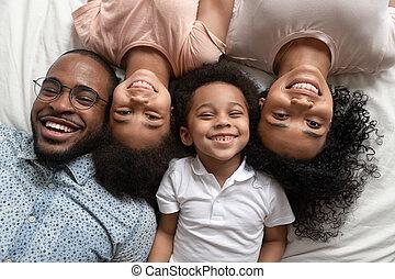 полный, ищу, камера, семья, лежащий, счастливый, улыбается, африканец