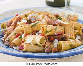 помидор, макаронные изделия, pancetta, соус, ригатони