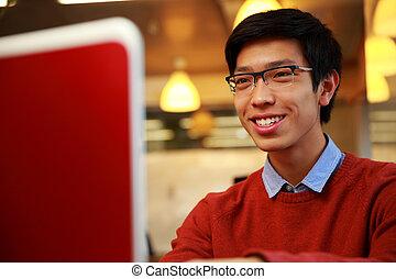 портативный компьютер, молодой, ищу, азиатский, человек, экран, счастливый