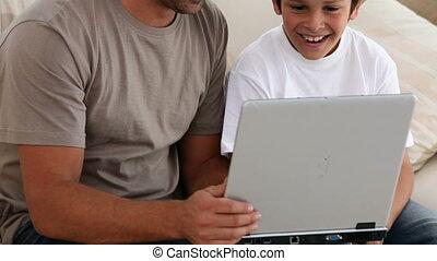 портативный компьютер, отец, за работой, сын