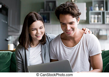 портативный компьютер, тысячелетний, пара, ищу, изготовление, улыбается, экран, счастливый