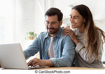 портативный компьютер, экран, главная, ищу, с помощью, тысячелетний, пара, улыбается